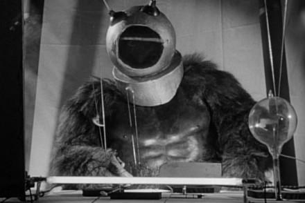 Monsieur Barbier vous présente le premier robot à poils de l'histoire : Robot Monster, qui n'est visiblement pas fan de rasage !