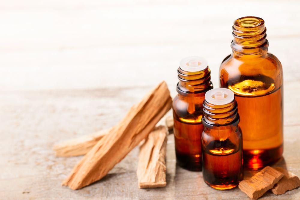Flacon d'huile de bois de santal, impliquée dans la pousse des cheveux et de la barbe et dans la cicatrisation du cuir chevelu.